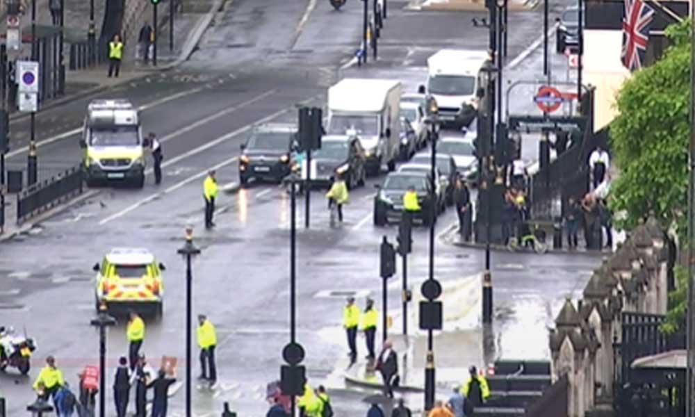 Londra'daki eylemlerde protestoculardan biri Boris Johnson'ın aracının önüne atladı