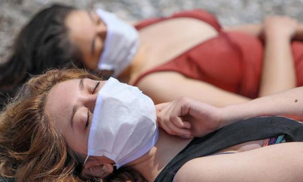 Virüs unutuldu… Sahillerde yeni dönem: Maske ile güneşlendiler