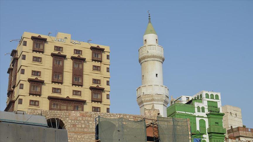 Mekke'de camiler ibadete açılıyor