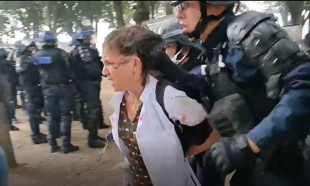 Paris'teki eyleme müdahale eden polis bir sağlıkçıyı yerde sürükledi