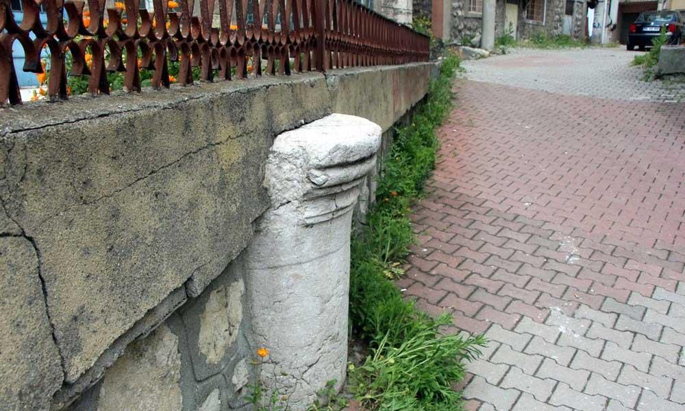 Roma döneminden kalan sütunu bahçe duvarında kullandılar