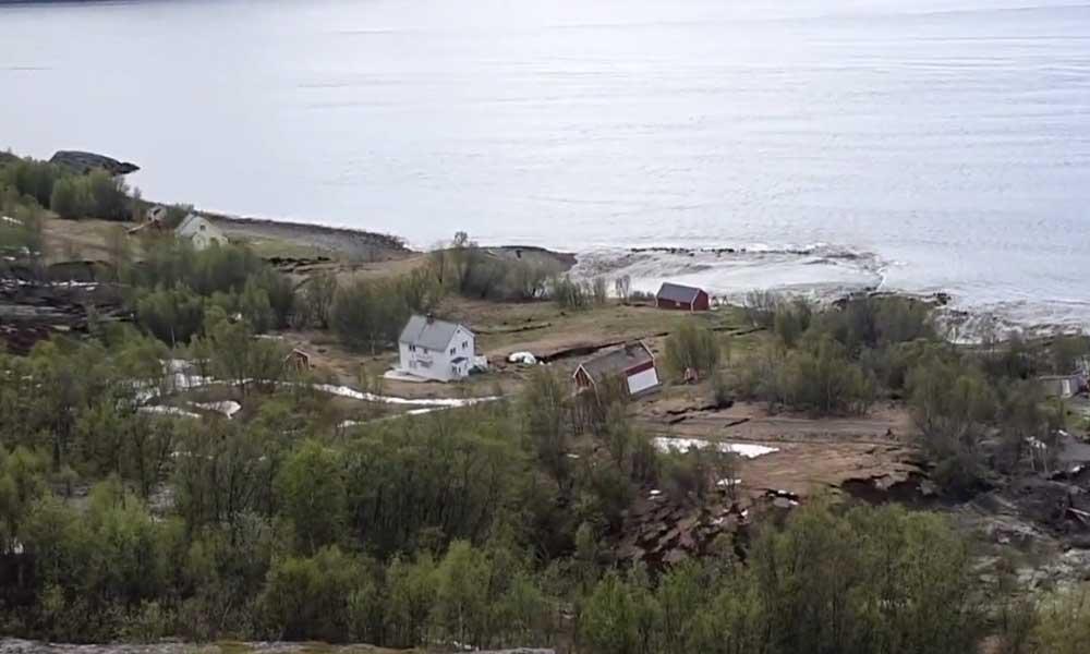 Evler toprak altına gömüldü… Toprak kayması kamerada