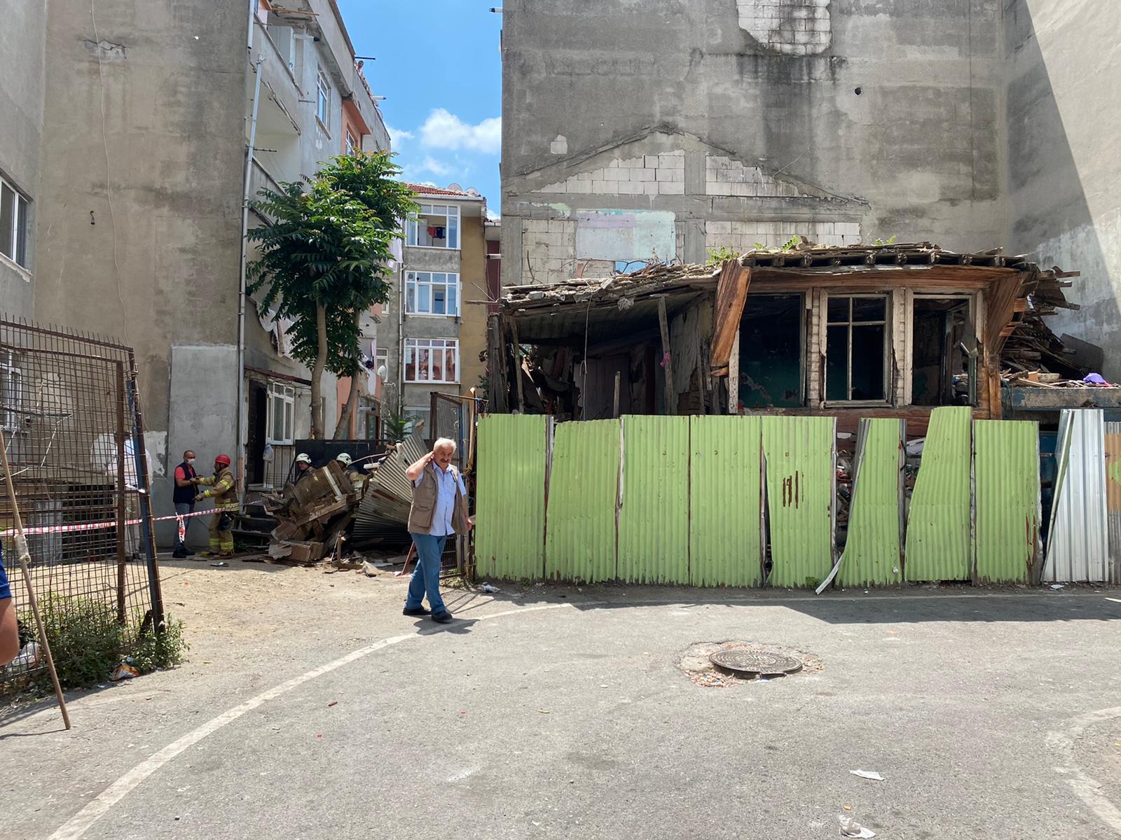 Üsküdar'da 2 katlı ahşap binada çökme