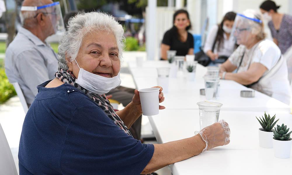 Yaş almışlara Büyükşehir'den çay molası