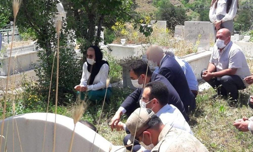 AKP'li ilçe başkanı, şehit ziyaretinde çekilen fotoğrafta CHP'li başkanın yüzünü buzladı