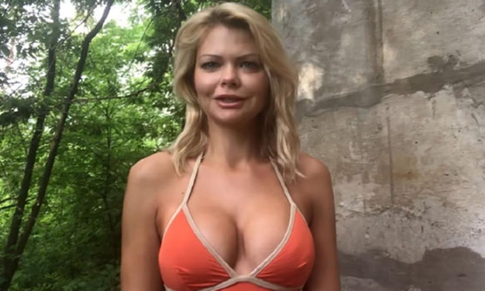 Eski Bakan Aleksandra Klitina yeni partisini bikinili video ile duyurdu