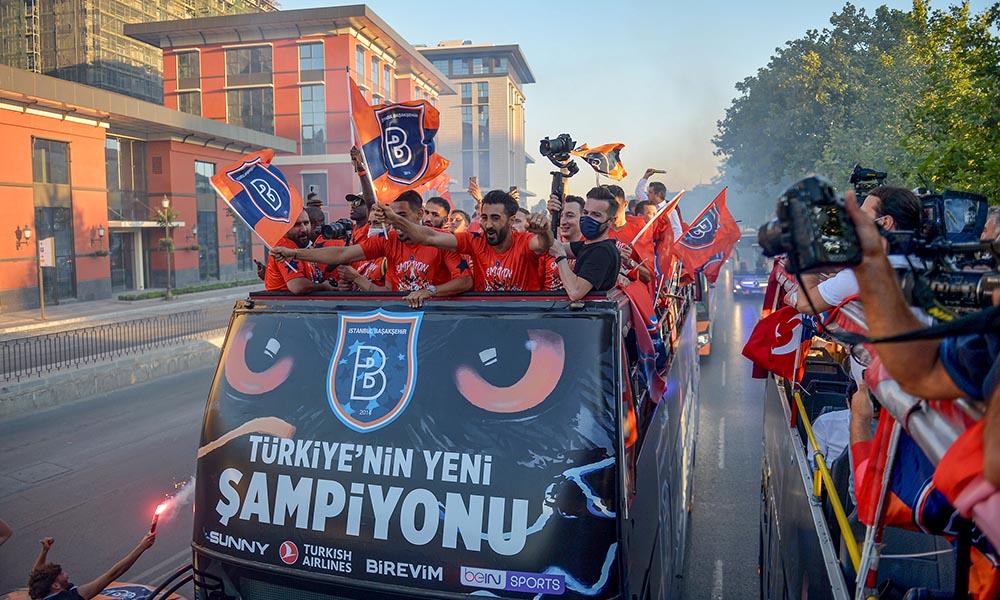 Başakşehir kupayı kaldırdı! Şampiyonluğu gösterişli bir törenle kutladılar