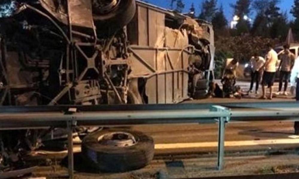 TEM Otoyolu'nda yolcu otobüsü devrildi: Çok sayıda yaralı var