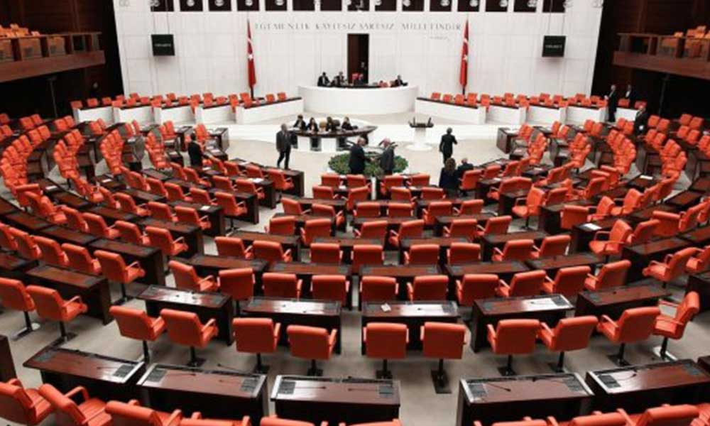 'Sosyal medya düzenlemesini müzakerede AKP'li milletvekilleri yok, onaylamaya gelirler!'