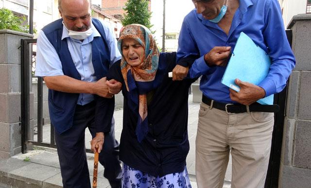 87 yaşındaki annesini darp edip sokağa attı!