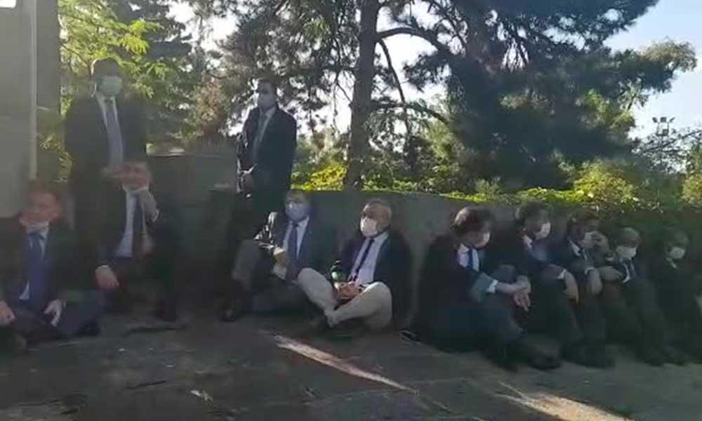 Adalet Komisyonu'na alınmayan baro başkanları, meclis kapısında
