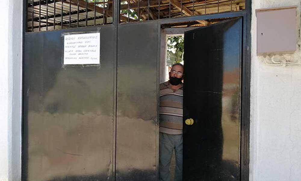 Koronavirüs nedeniyle misafir kabul etmediğini kapısına astığı yazıyla duyurdu