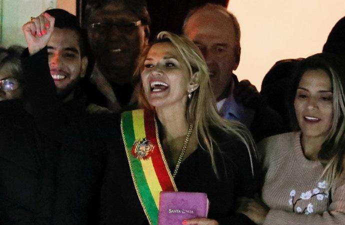 Bolivya geçici devlet başkanı koronavirüse yakalandı