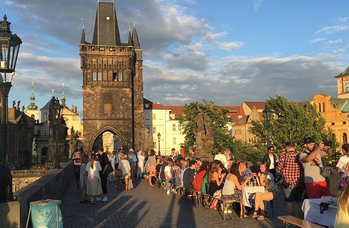 Prag sokaklarında 'koronavirüse veda' partisi