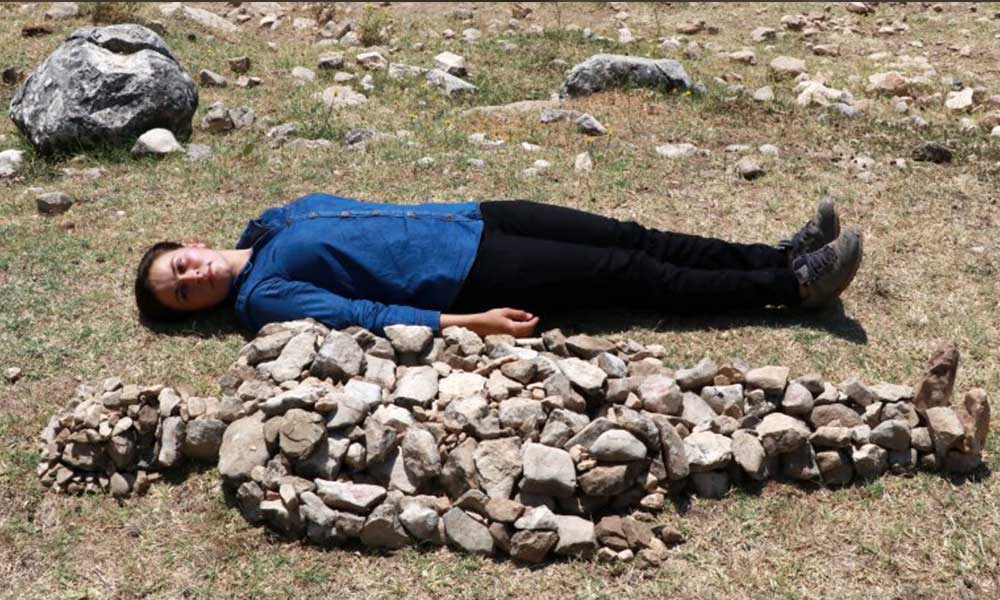 Çobandan öldürülen kadınlar için taştan heykeller