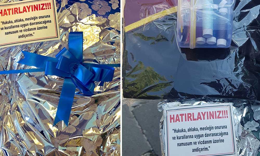 CHP'li vekiller, AKP milletvekillerine cübbe ve düğme hediye etti
