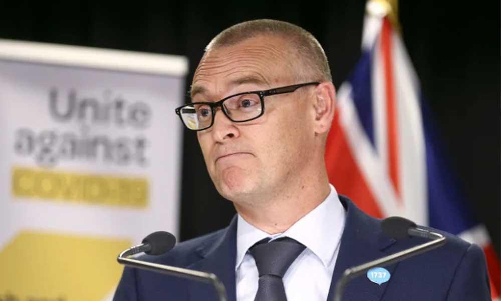 Sahilde güneşlenen Sağlık Bakanı tepkilere direnemeyip istifa etti