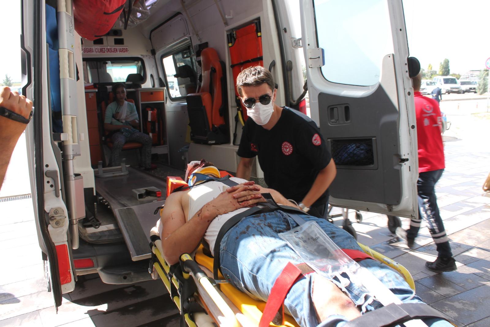 Minibüsle otomobil çarpıştı: 3'ü çocuk 7 yaralı