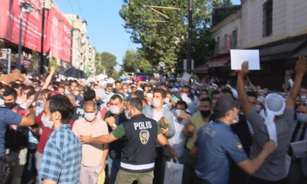 Polis bariyerini aşan kalabalık Ayasofya'ya koştu, sosyal mesafe hiçe sayıldı