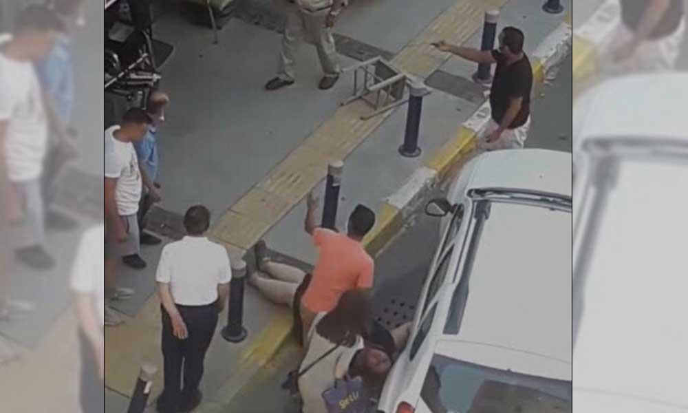 İş yerinin önüne otomobilini park etmek isteyen kadını darp etti!