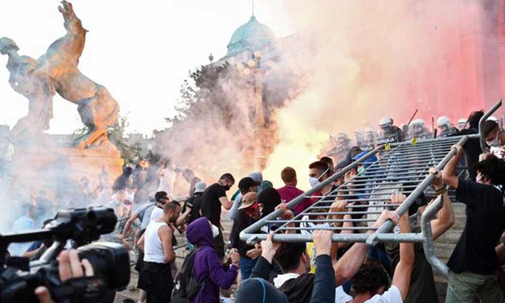 Belgrad'daki Koronavirüs protestolarında göstericiler polisle çatıştı