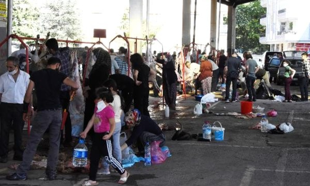 Konya'da kurban kesiminde sosyal mesafe unutuldu