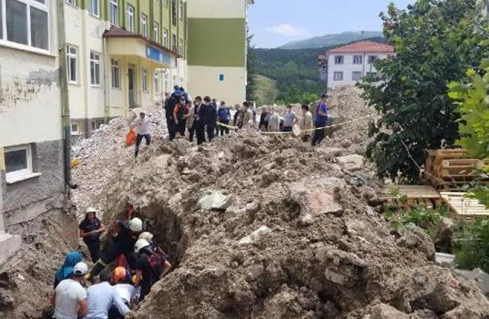 Okul bahçesinde göçük: 2 işçi toprak altında kaldı