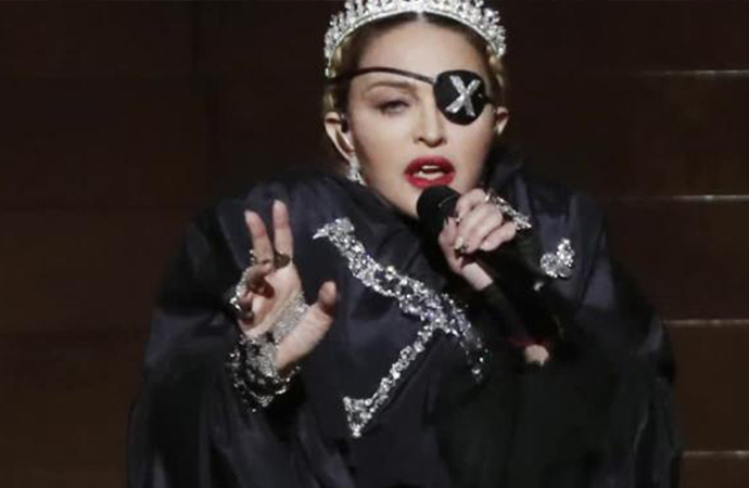 Madonna'dan 61'inci yaş gününe özel üstsüz poz!
