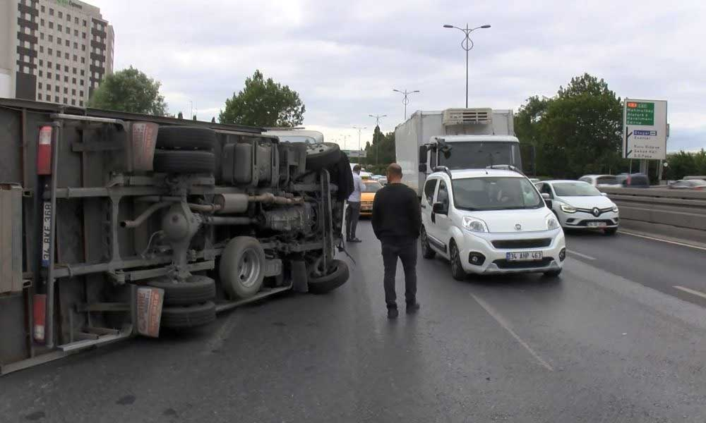 Bayrampaşa TEM Otoyolu'nda kamyonet devrildi