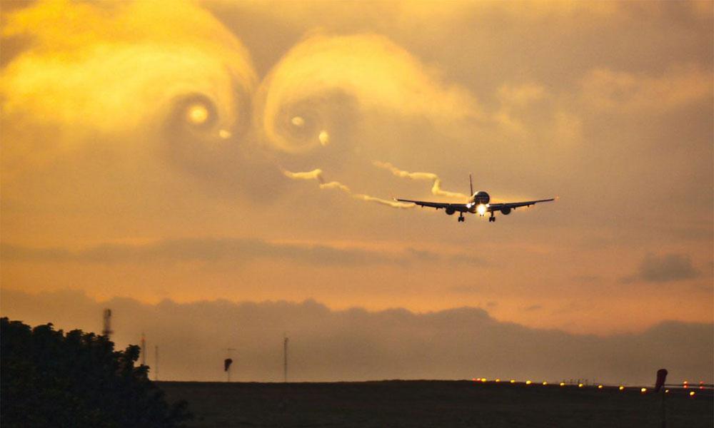 Uçak türbülansa girdi: Yolcuların panik halleri kameralara yansıdı