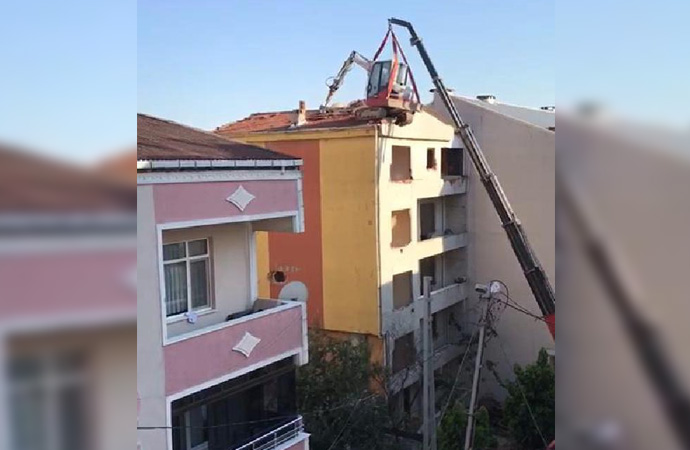Arnavutköy'de tehlikeye davetiye çıkartan yıkım!