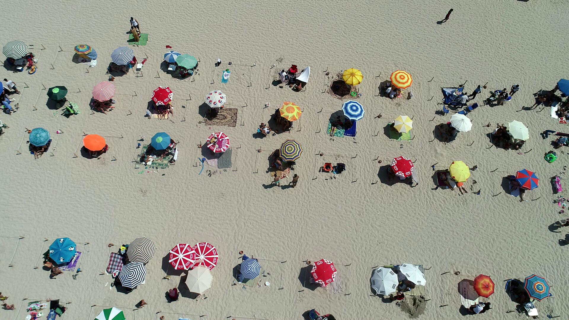 Ilıca Plajı doldu, tedbirler unutuldu