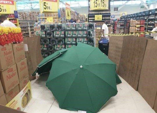 Mesaide ölen işçiyi şemsiyeyle gizlediler