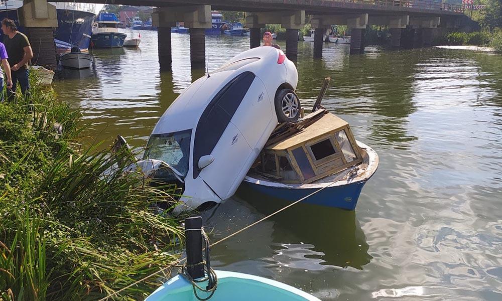 Otomobil, nehir kenarındaki teknenin üzerine düştü!