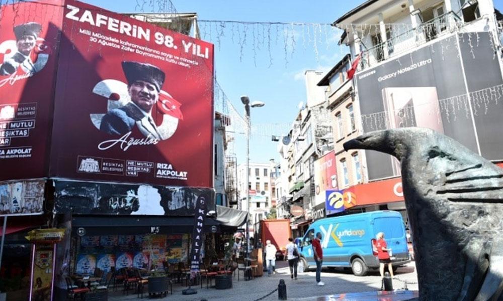 Beşiktaş Belediyesi, tüm cadde ve sokakları Zafer Bayramı'nın afişleriyle donattı