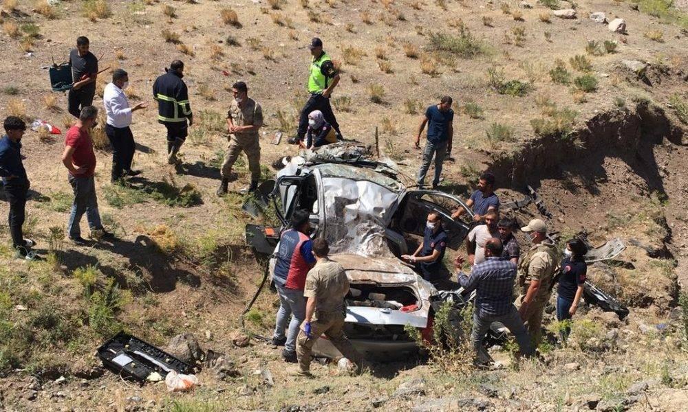 Ağrı'da otomobil şarampole uçtu: 2'si çocuk 3 ölü