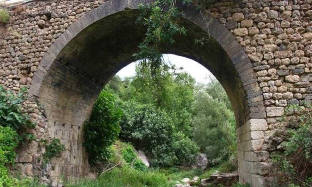 Yıllara meydan okuyan köprü, defineciler tarafından tahrip ediliyor