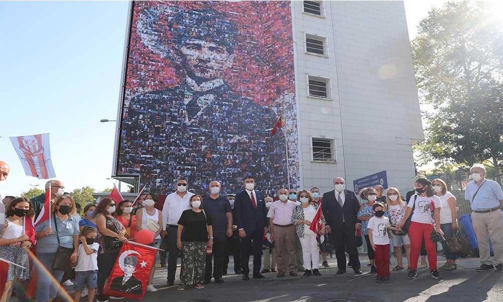 Atatürk portresi belediye binasının duvarlarını süslüyor