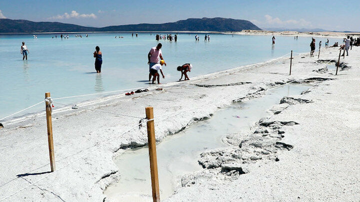 Salda Gölü'nde derin çukurlar oluştu