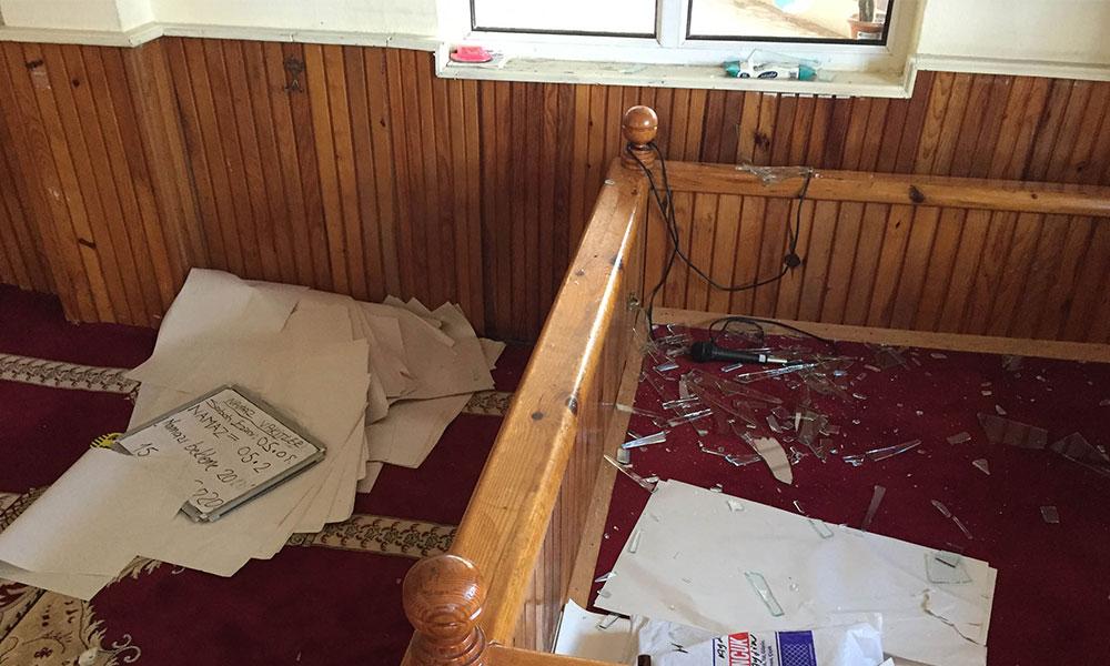 Topladığı parayı beğenmeyen dilenci camiye zarar verdi