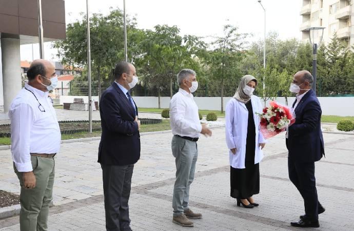 Covid-19'u yenen belediye başkanı yeniden görev başında: Hadi ateşimi ölç de bir daha eve gönder