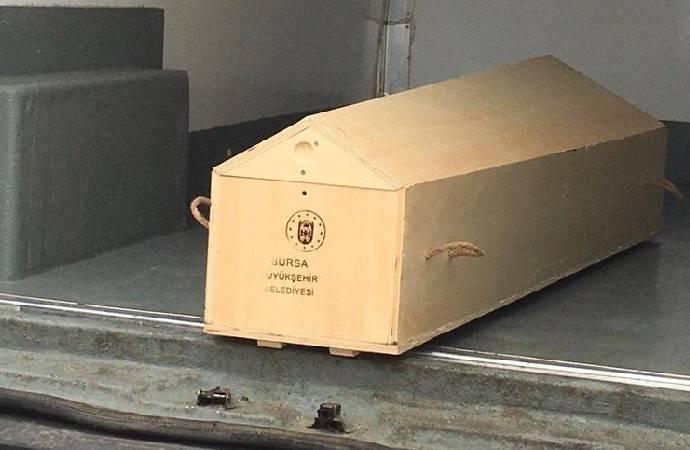Virüsten ölen kişiye cenaze aracı verilmedi; et taşıma aracıyla taşındı