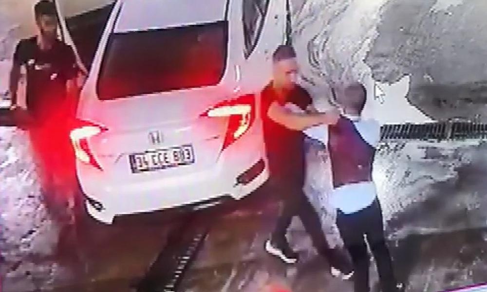 Dehşete düşüren görüntüler! Dövüldükten sonra araçtan atıldı, başka bir araç çarptı