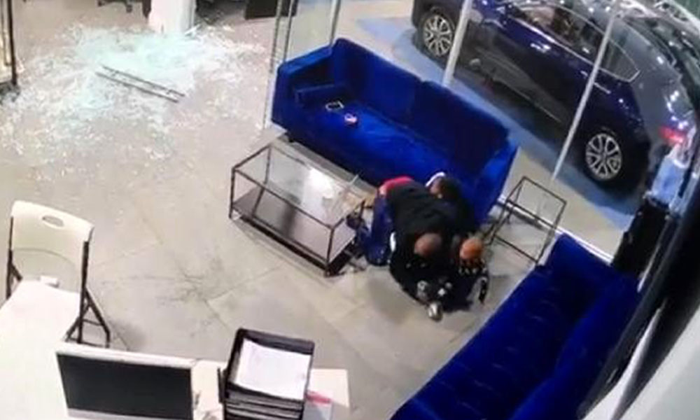 Oto galeride silahlı saldırıya uğrayan baba çocuklarını ölmekten kurtardı!