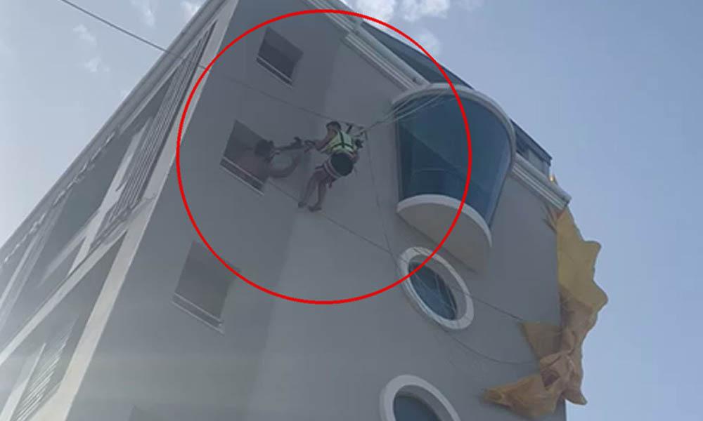 Korku dolu anlar! Paraşüte binen iki turist otelin çatısında asılı kaldı