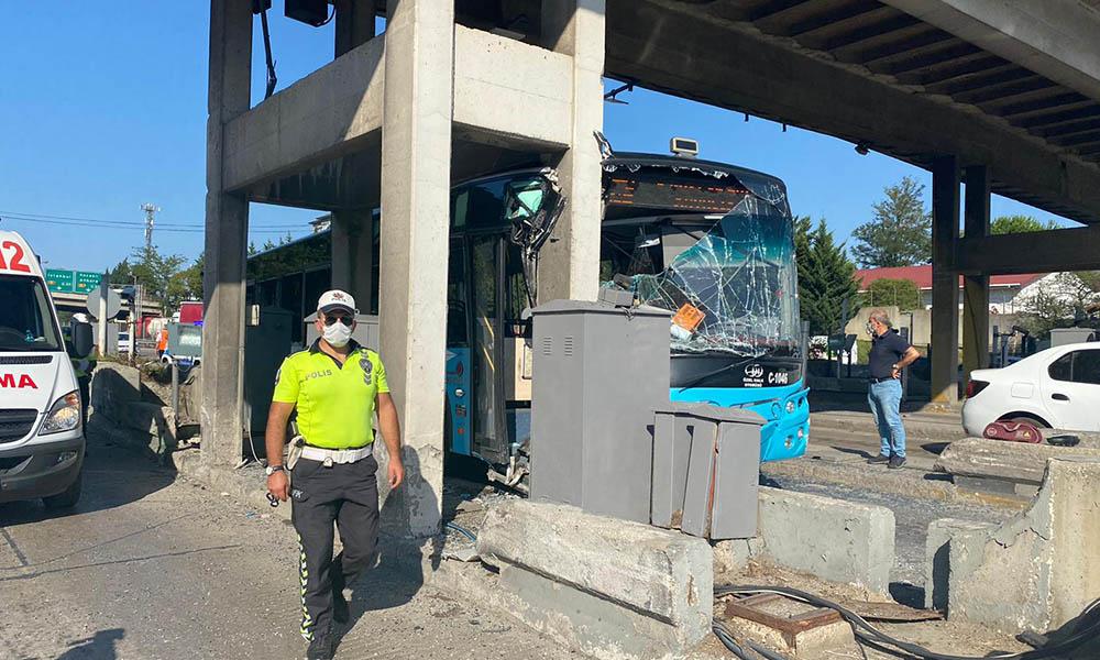 Pendik'te kontrolden çıkan otobüs gişelere çarptı! 24 yaralı