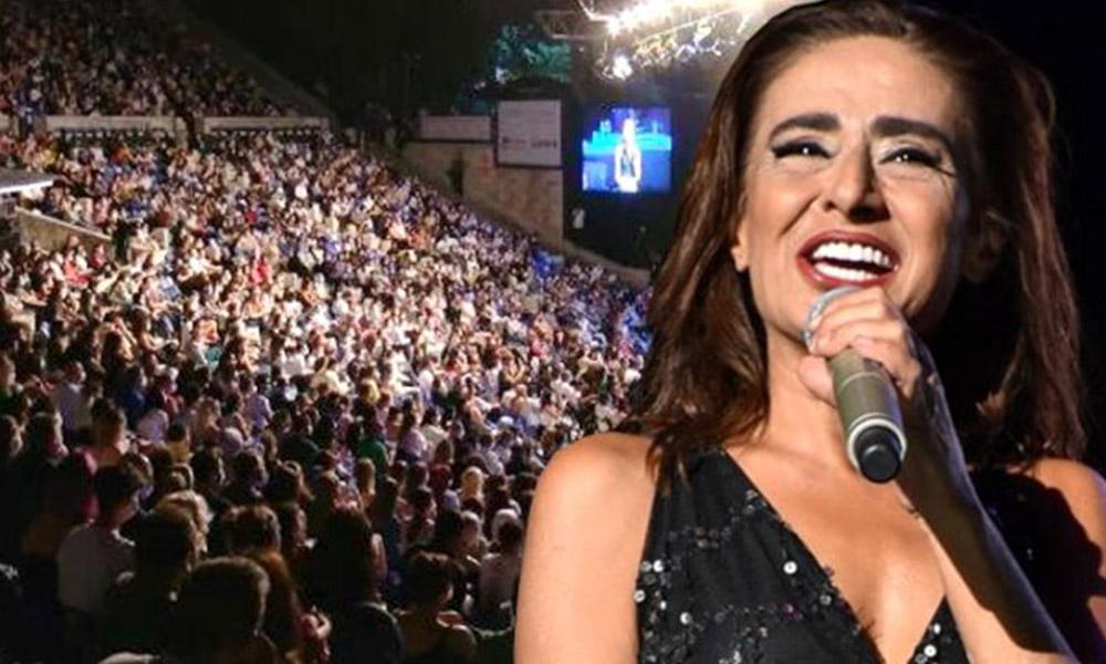 Yıldız Tilbe konserinde sosyal mesafe kuralı hiçe sayıldı