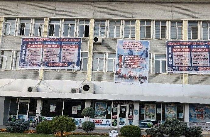 90 milyon TL'lik borç eritti, belediye binasına gider tablosu astı