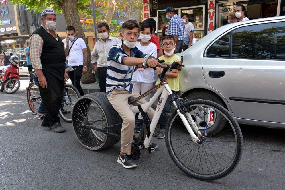 Sosyal medyadan etkilendi, bisikletine otomobil lastiği taktı