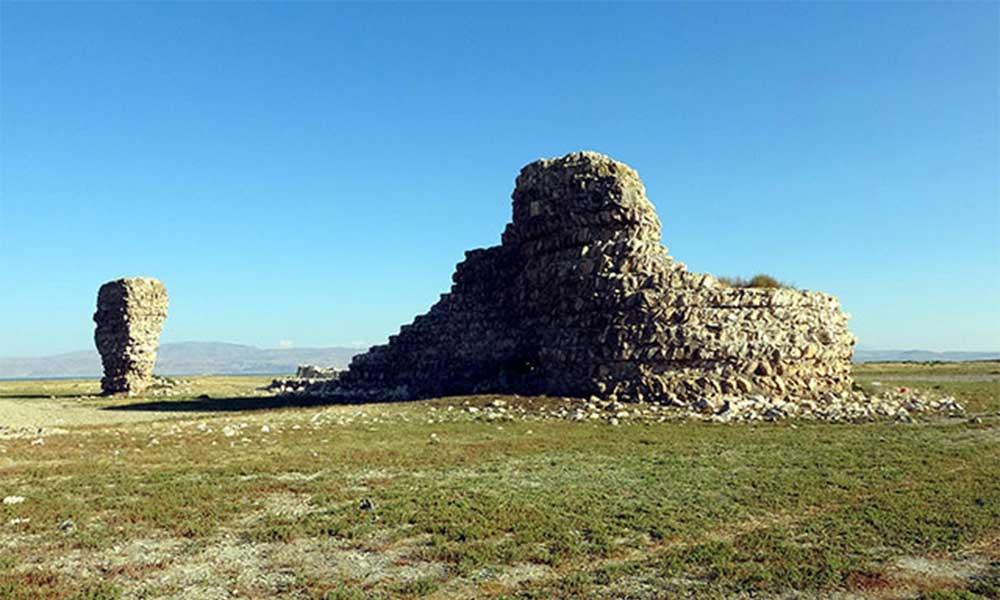 Van Gölü çekilince tarihi Erciş Kalesi görüntülendi
